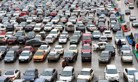 # Автомобили на парковке в торговом центре Ашан города Краснодар