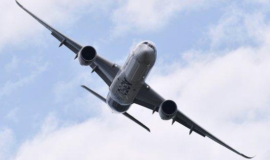 # Пассажирский дальнемагистральный лайнер Airbus A350 во время демонстрационных полетов