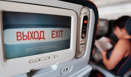 Информация на экране кресла в салоне самолета