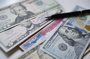 Денежные купюры США и американская виза