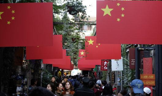 #Прохожие на пешеходной улице в Шанхае