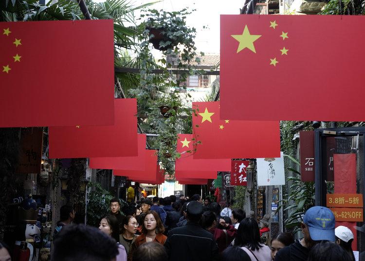 Прохожие на пешеходной улице в Шанхае