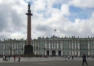 Александровская колонна на Дворцовой площади в Санкт-Петербурге