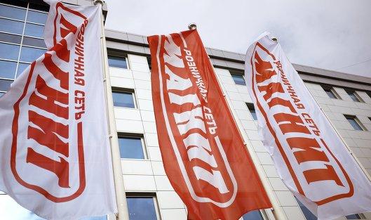 """#Корпоративные флаги перед головным офисом сети магазинов """"Магнит"""""""