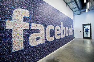 Логотип социальной сети Facebook в дата-центре компании в Швеции