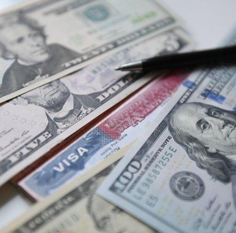 Средневзвешенный курс доллара снизился до 76,81 рубля