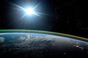 !Ночная планета Земля в лунном свете и сиянии Авроры. 7 октября 2017