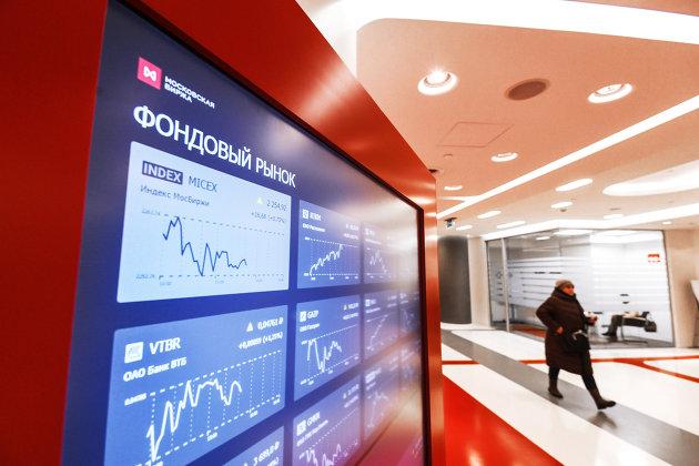 %Котировки фондового рынка на экране в здании Московской биржи