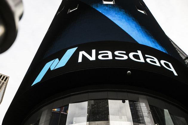 #Информационная панель биржи NASDAQ на первых этажах небоскрёба Конде-Наст-билдинг на Таймс-сквер в Нью-Йорке