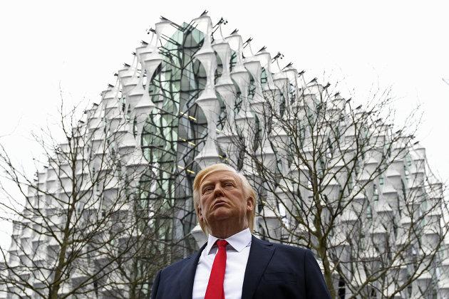 Восковая фигура президента США Дональда Трампа у строящегося здания посольства США в Лондоне. 12 января 2018