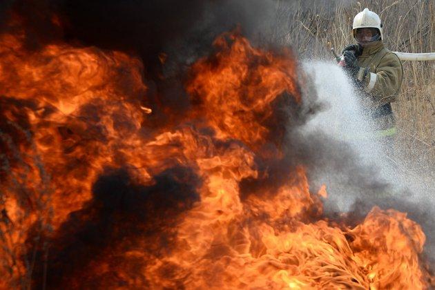 Склад со стройматериалами горит в новой Москве