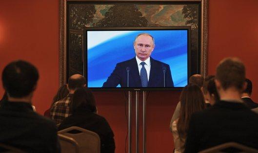 Журналисты во время трансляции церемонии инаугурации избранного президента России Владимира Путина в пресс-центре в Большом Кремлевском дворце. 7 мая 2018