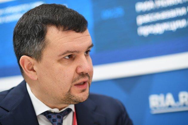 Максим Акимов во время посещения стенда RIA.ru на Российском инвестиционном форуме в Сочи