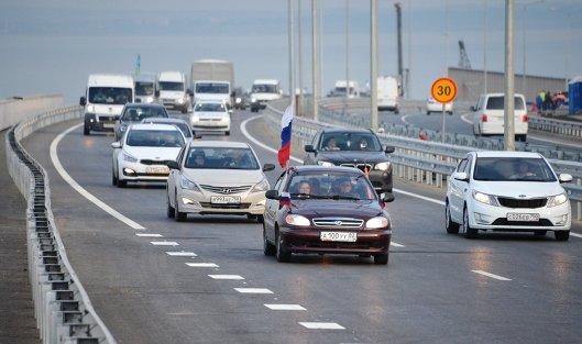 Поток транспорта поКрымскому мосту побил рекорд Керченской переправы