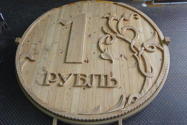 Деревянный памятник рублю в Томске на реставрации