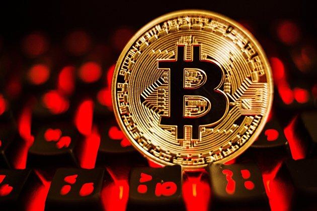 %Монета с логотипом криптовалюты биткоин