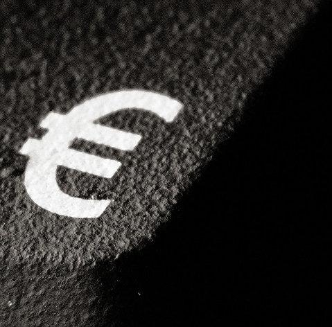 #Значок евро на асфальте