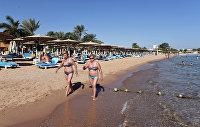 Туристы на пляже курорта Шарм-эш-Шейх
