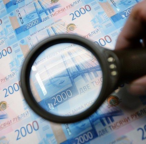 Рубль повышается к доллару и слегка снижается к евро