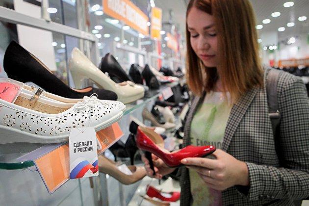 Покупательница в магазине обуви