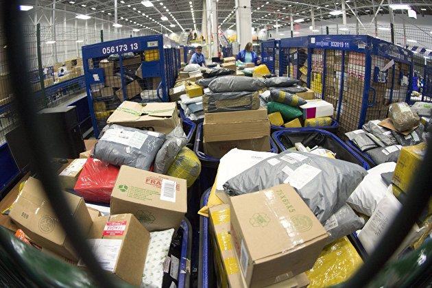 Посылки в логистическом центре'Почты России во время таможенной обработки международной почты