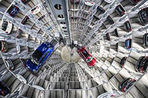Автомобили Volkswagen на складе в Вольфсбурге