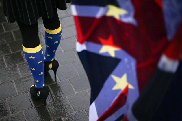 % Участница протеста против Brexit у парламента Лондона