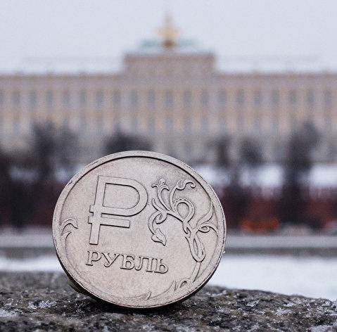 Рубль снижается к доллару и евро вслед за нефтью