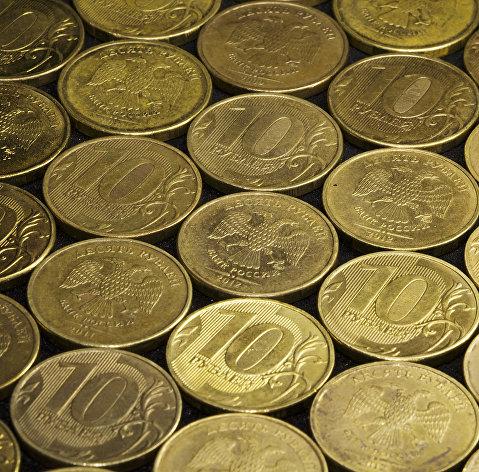Рубль открыл неделю умеренным снижением к доллару и евро