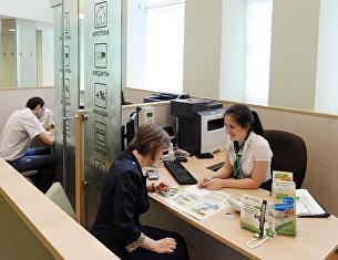 """"""" Клиент в кредитном отделе офиса Сбербанка"""