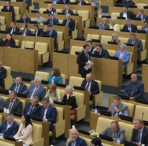%Депутаты на пленарном заседании Государственной Думы РФ. 3 июля 2018