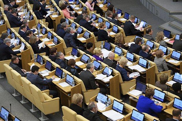 %Депутаты на пленарном заседании Государственной Думы РФ. 24 января 2018