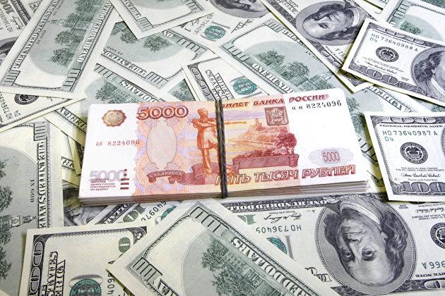 Рубль днем компенсировал утреннее падение к доллару и евро