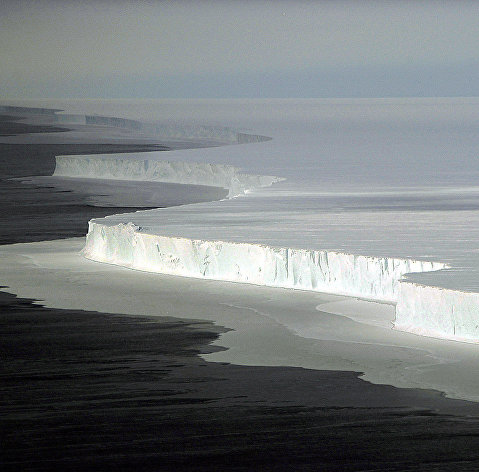 # Вид на огромный айсберг в Антарктиде
