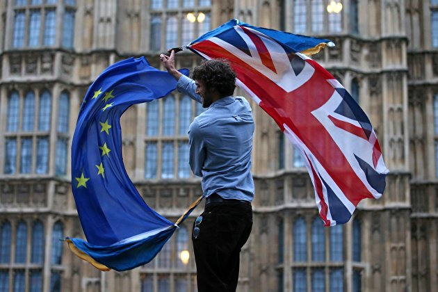!Участник протеста против Brexit возле здания парламента в Лондоне