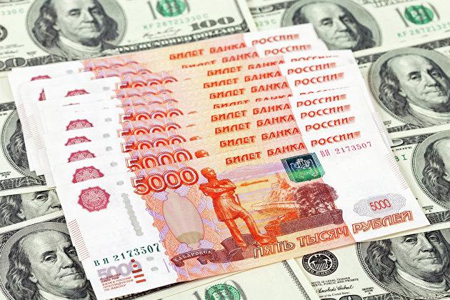 Денежные купюры: рубли и доллары США