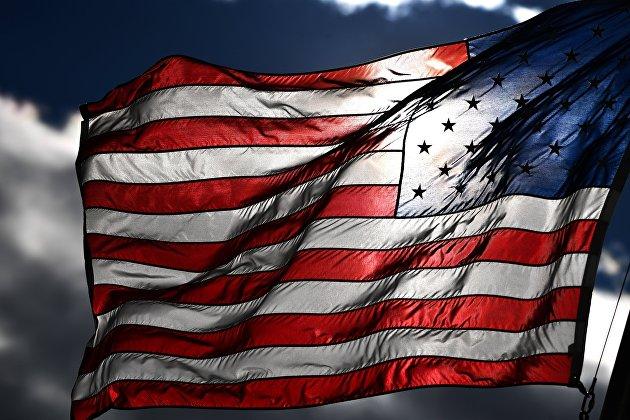 %Американский флаг на одной из улиц в Вашингтоне