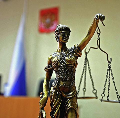 %Статуэтка богини правосудия Фемиды в зале суда