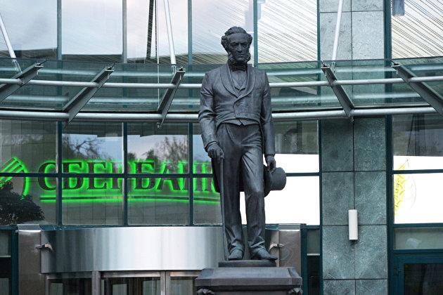 Памятник Николаю Кристофари у входа в здание Сбербанка России