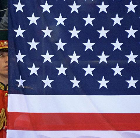 %Российский военный в почетном карауле у флага США