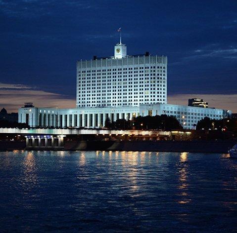% Вид на Дом правительства Российской Федерации с набережной Тараса Шевченко в Москве