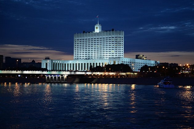 Вид на Дом правительства Российской Федерации с набережной Тараса Шевченко в Москве