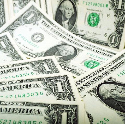 Доллар дешевеет после выхода данных о рекордном падении розницы и промпроизводства в США