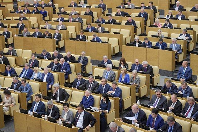 %Депутаты на пленарном заседании Государственной Думы РФ