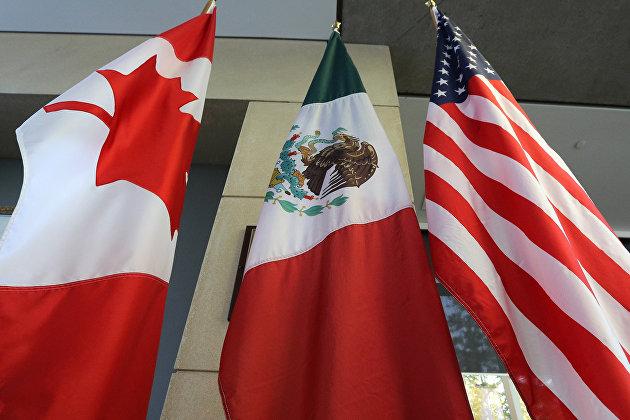 Флаги Канады, Мексики и США перед зданием во время третего раунда обсуждения актуализации соглашения НАФТА в Онтарио, Канада