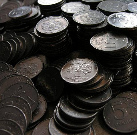 Рубль умеренно снижается к доллару и евро в начале дня