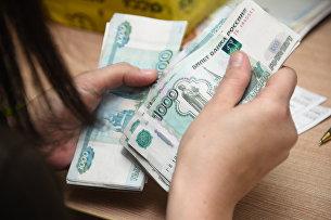 """"""" Работник почтамта пересчитывает деньги"""
