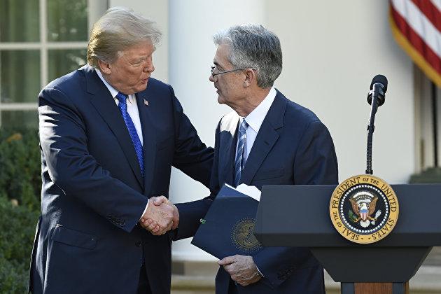 Президент США Дональд Трамп пожимает руку Джерому Пауэллу