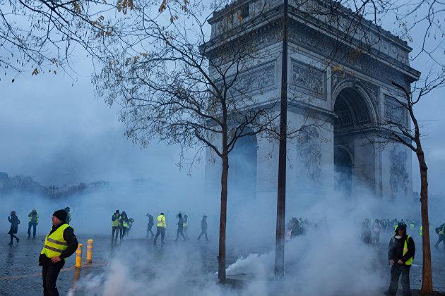 """Участники протестной акции движения автомобилистов """"желтые жилеты"""", выступавшего с требованием снижения налогов на топливо, в районе Триумфальной арки в Париже"""