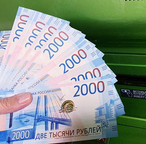 Рубль в начале торгов умеренно растет к доллару и евро